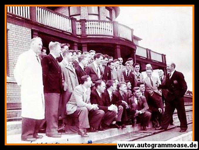 Mannschaftsfoto Fussball   Manchester United   1954 + AG Wilf McGUINESS (Anzug)